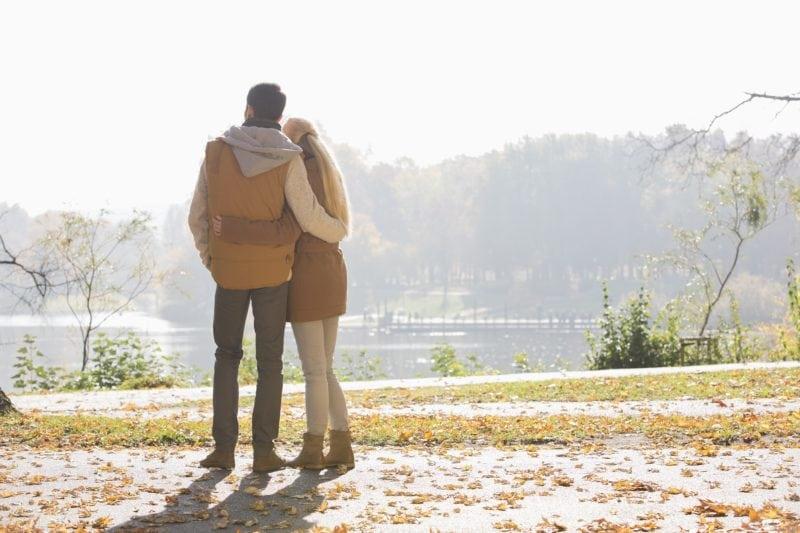 Un couple qui regarde le lac centre aide médicale à la procréation st roch